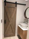 drzwi przesuwne w małej łazience, rustykalne drzwi przesuwane