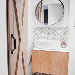 drzwi przesuwne rustykalne, drzwi przesuwne w łazience, drzwi w małej łazience, wejście do spiżarni, drewno w łazience, lustro w drewnianej ramie