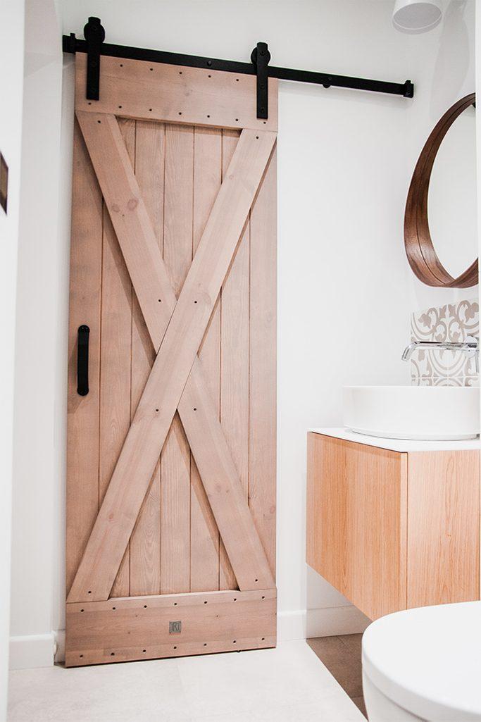 drzwi przesuwne rustykalne, drzwi przesuwne w łazience, drzwi w małej łazience, wejście do spiżarni, drewno w łazience