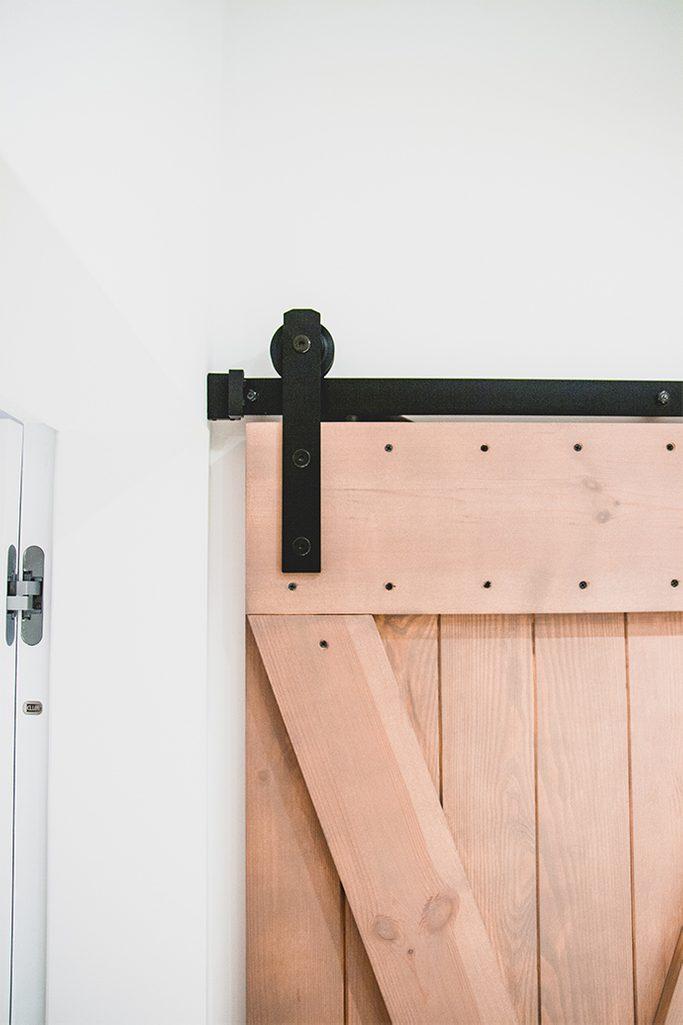 drzwi przesuwne w łazience, prowadnica do drzwi przesuwnych, drzwi przesuwne rustykalne