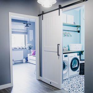 białe drzwi przesuwne, system drzwi przesuwnych, styl modern farmhouse, drzwi do pralni, drzwi przesuwne w przedpokoju, szare kolory, czarne elementy dekoracyjne, mozaika na podłodze