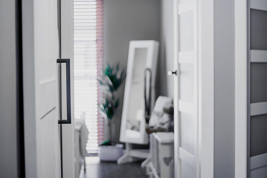 białe drzwi przesuwne, styl modern farmhouse, przedpokój w odcieniach szarości i bieli