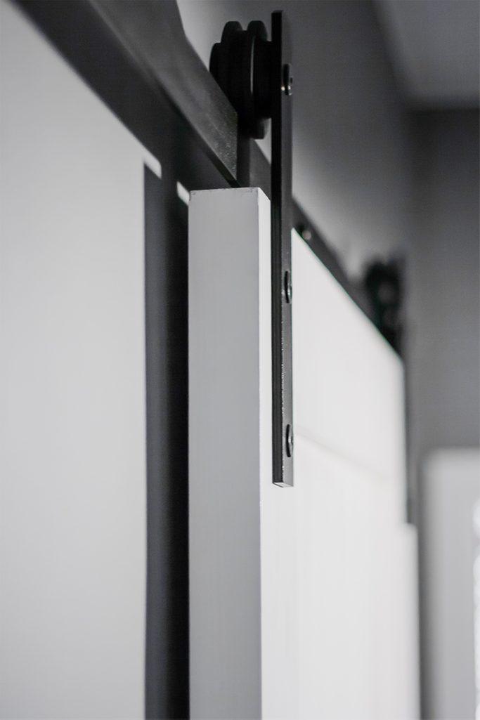 system przesuwny, białe drzwi przesuwne, szare ściany w przedpokoju