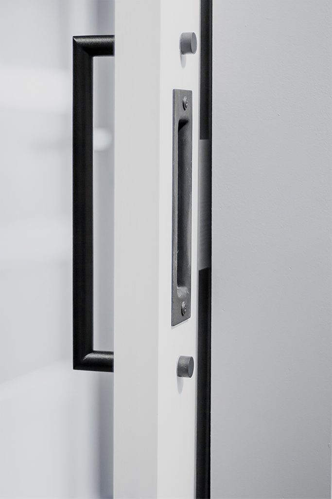 białe drzwi przesuwne, klamka do drzwi przesuwnych, uchwyt do drzwi przesuwnych, dwustronna klamka