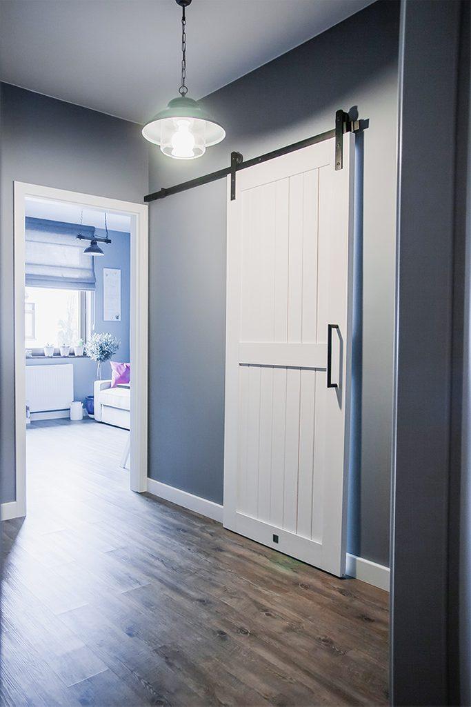 białe drzwi przesuwne, system drzwi przesuwnych, styl modern farmhouse, drzwi do pralni, drzwi przesuwne w przedpokoju, szare kolory