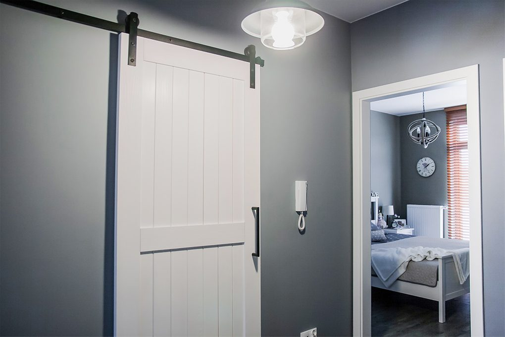 białe drzwi przesuwne, styl modern farmhouse