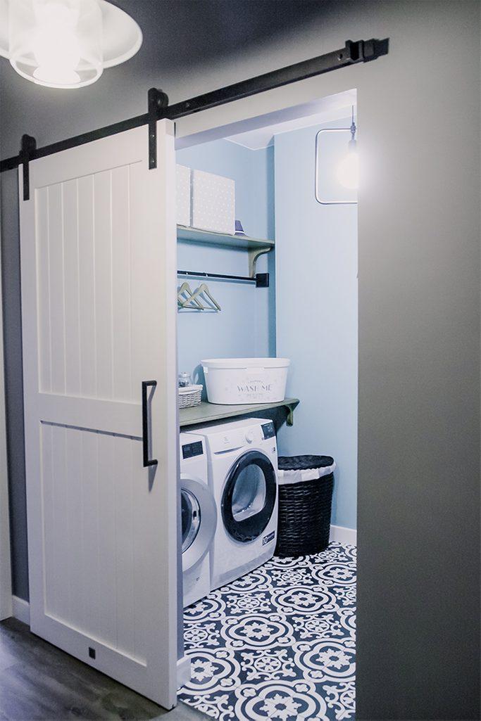 białe drzwi przesuwne, system drzwi przesuwnych, styl modern farmhouse, drzwi do pralni
