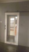 drewniane drzwi przesuwne z lustrem, drzwi przesuwne do łazienki, lustro przesuwne