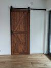 przesuwne drzwi drewniane, system do drzwi przesuwnych, przesuwane drzwi w salonie