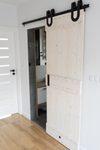 rustykalne drzwi przesuwne, drzwi przesuwne drewniane, lite drzwi drewniane, system podkowa do drzwi przesuwnych