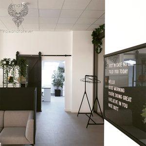 drzwi przesuwne drewniane, drzwi przesuwne czarne, drzwi przesuwne w biurze, aranżacja biura