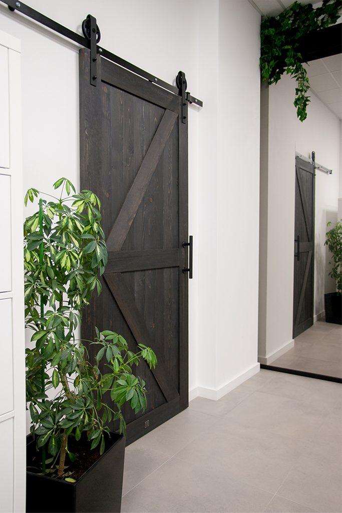 drzwi przesuwne drewniane, drzwi przesuwne czarne, aranżacja biura