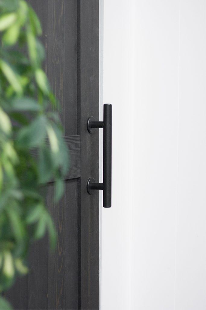 klamka do drzwi przesuwnych, pochwyt do drzwi przesuwnych, czarne drzwi przesuwne, drzwi przesuwne drewniane