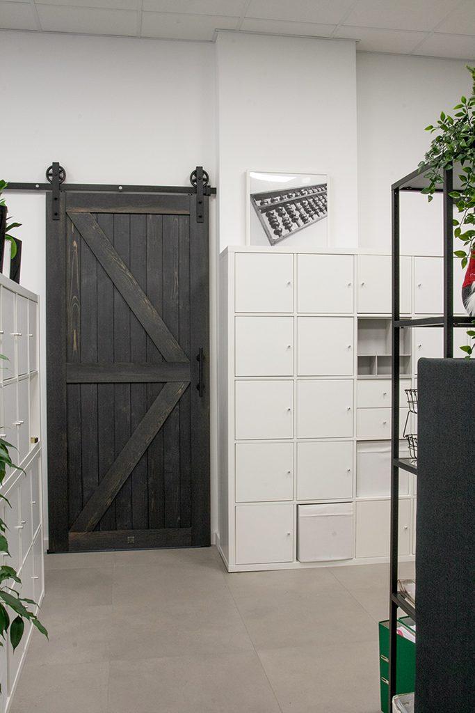 czarne drzwi przesuwne, drzwi przesuwne drewniane, drzwi przesuwne w stylu barn door, aranżacja biura