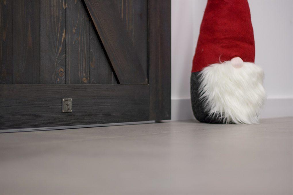 czarne drzwi przesuwne, drzwi przesuwne drewniane, drzwi przesuwne w stylu barn door