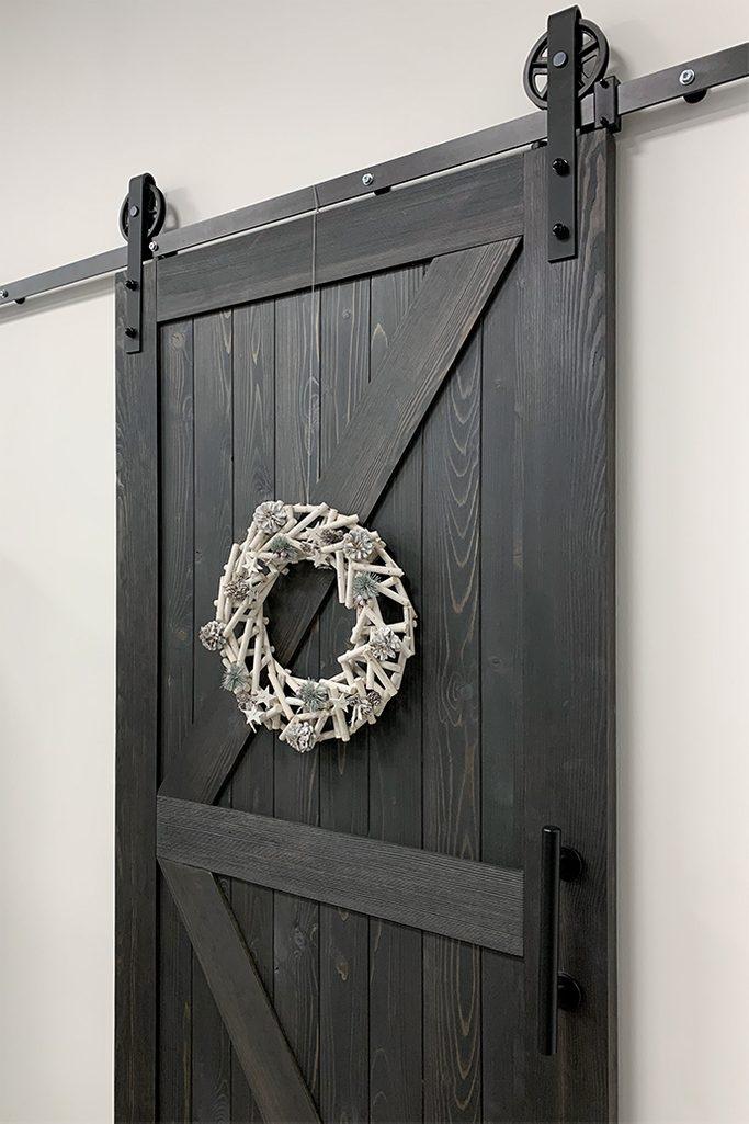 czarne drzwi przesuwne, system przesuwny, rustykalny system przesuwny, rolki do drzwi przesuwnych