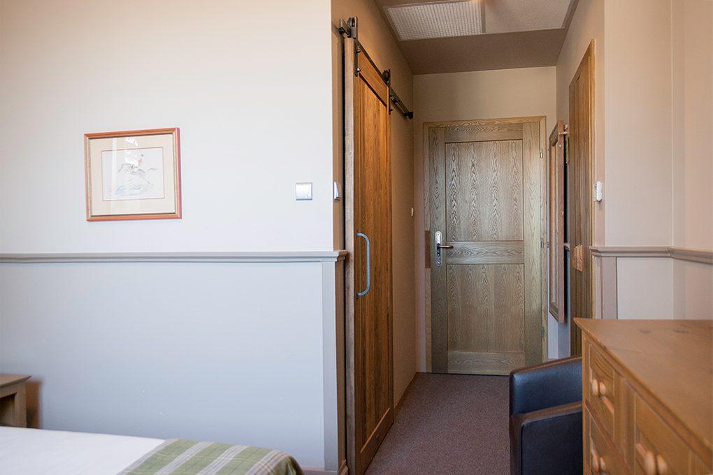 przesuwne drzwi w pokoju hotelowym, przesuwne drzwi do łazienki