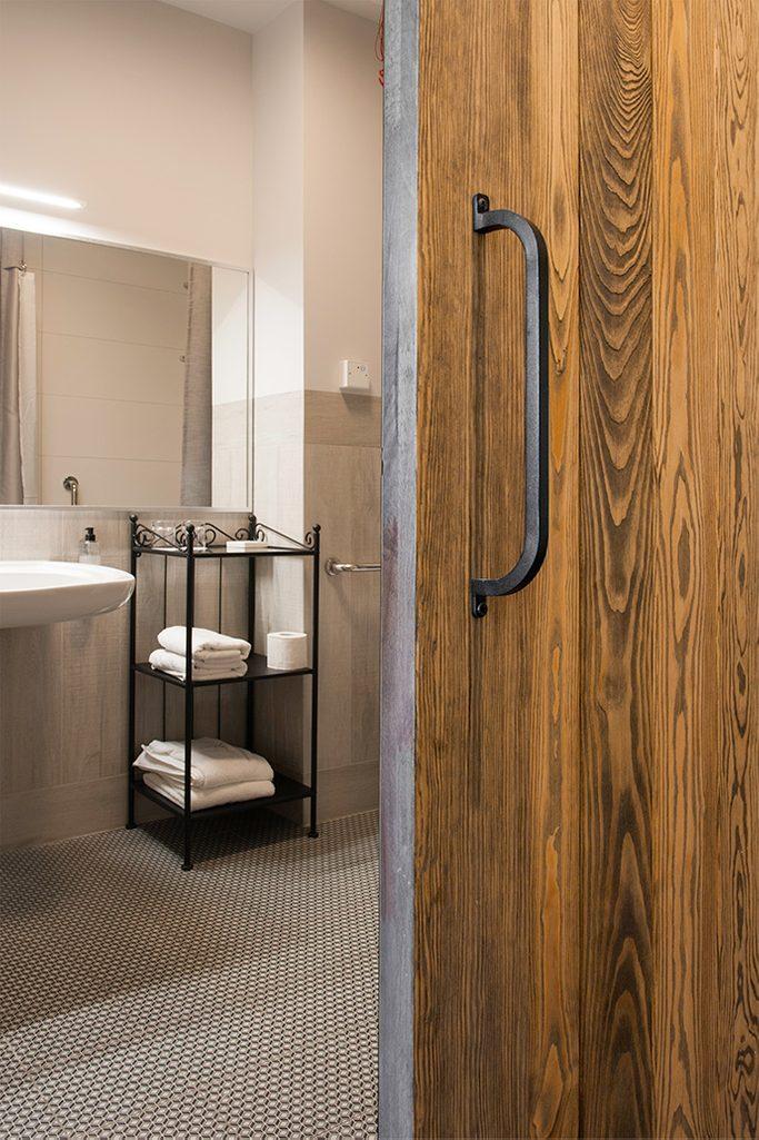 drzwi przesuwne do łazienki, metalowy uchwyt do drzwi