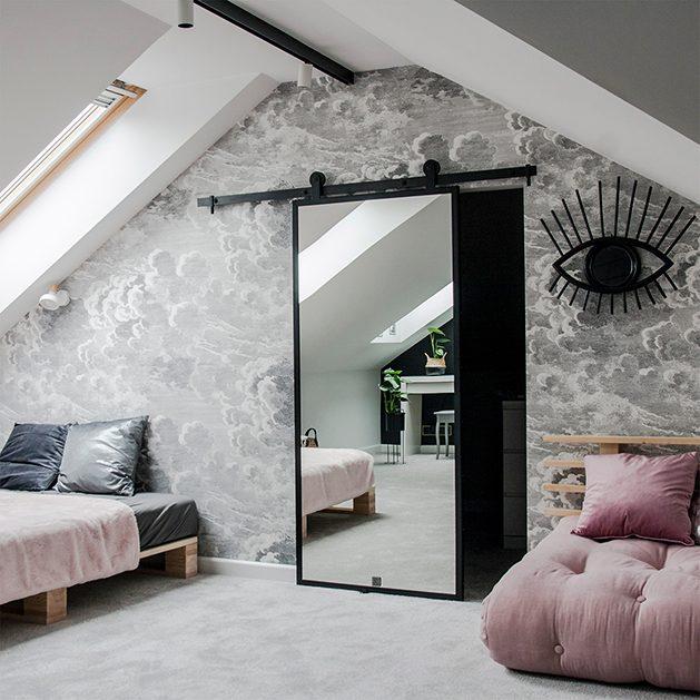 pokój nastolatki, różowa sofa, szarości, przesuwne drzwi do garderoby, lustro w pokoju nastolatki