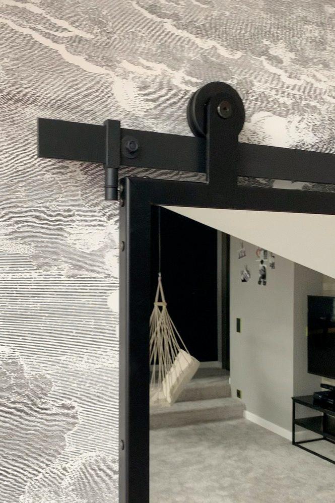 drzwi przesuwne z lustrem, lustro w metalowej ramie