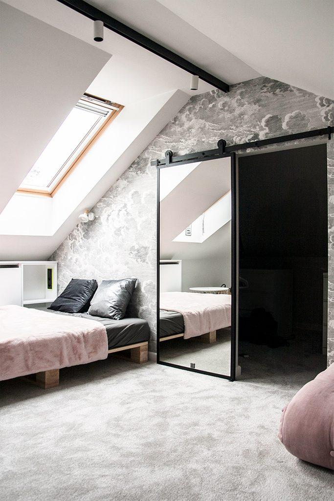 drzwi z lustrem do garderoby, pokój na poddaszu, szarość i róż