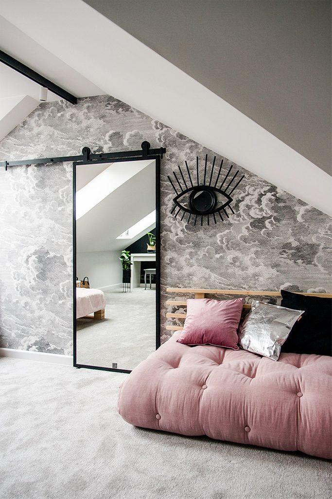 drzwi z lustrem, różowa sofa