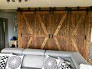 naprzemienne drzwi przesuwne, drewniane drzwi, drzwi z litego drewna przesuwne