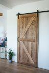 drewniane drzwi przesuwne w stylu rustykalnym, drzwi z litego drewna