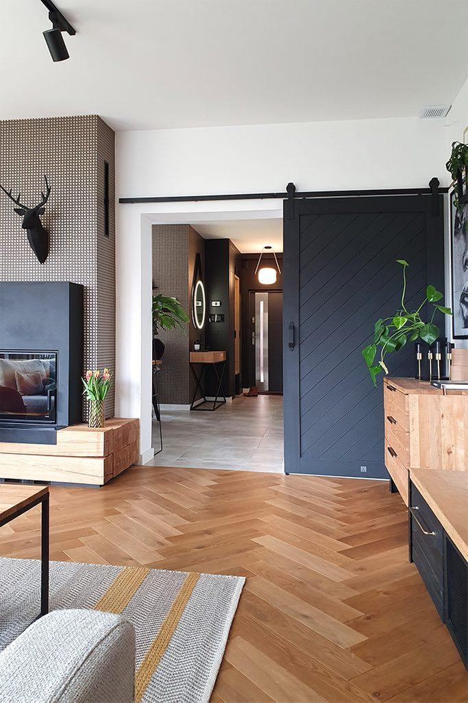 parkiet w salonie, drewno z elementami metalowymi, drzwi przesuwne w salonie