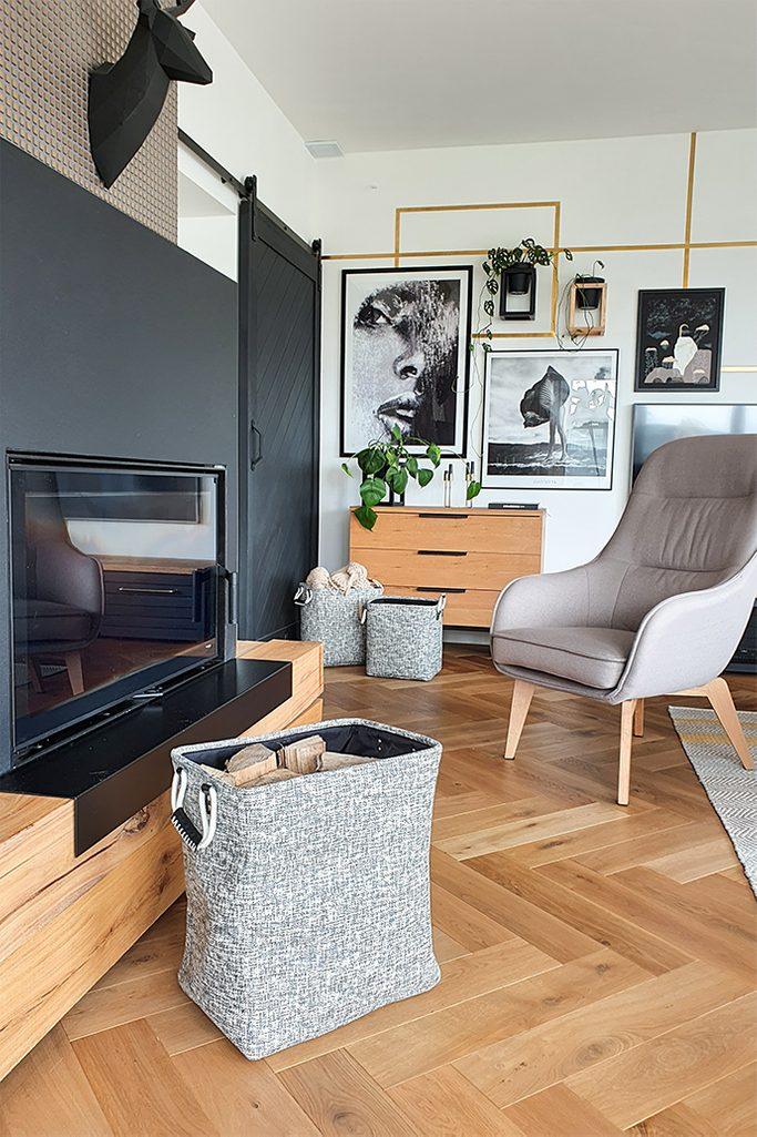 salon z drzwiami przesuwnymi, szarość i czerń, szarości i drewno w salonie, szary fotel