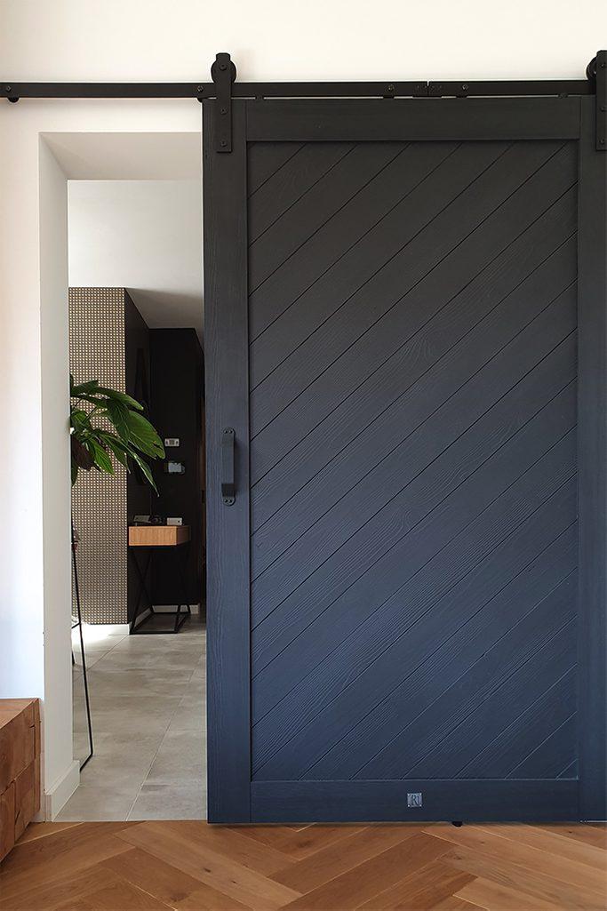 czarne drzwi przesuwne, salon z drzwiami przesuwnymi, wejście do salonu