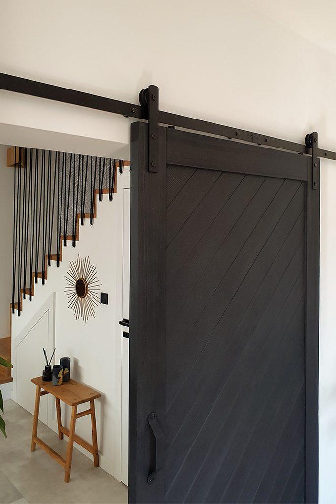 czarne drzwi przesuwne, rolki do drzwi przesuwnych