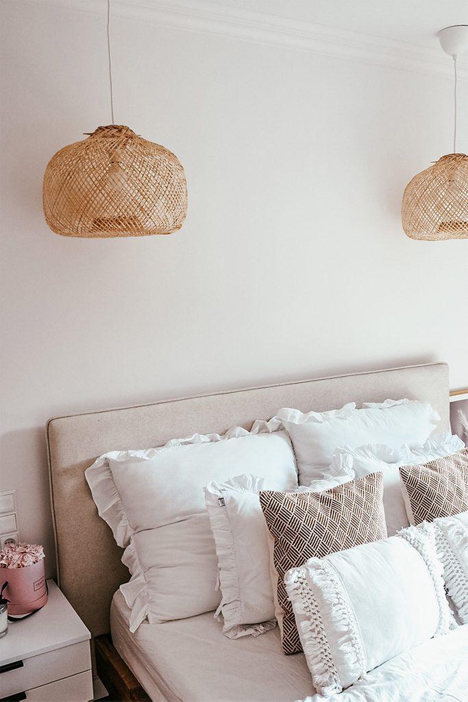 ozdobne poduszki w sypialni, poduszki w stylu boho, ozdobny abażur, naturalny beż w sypialni