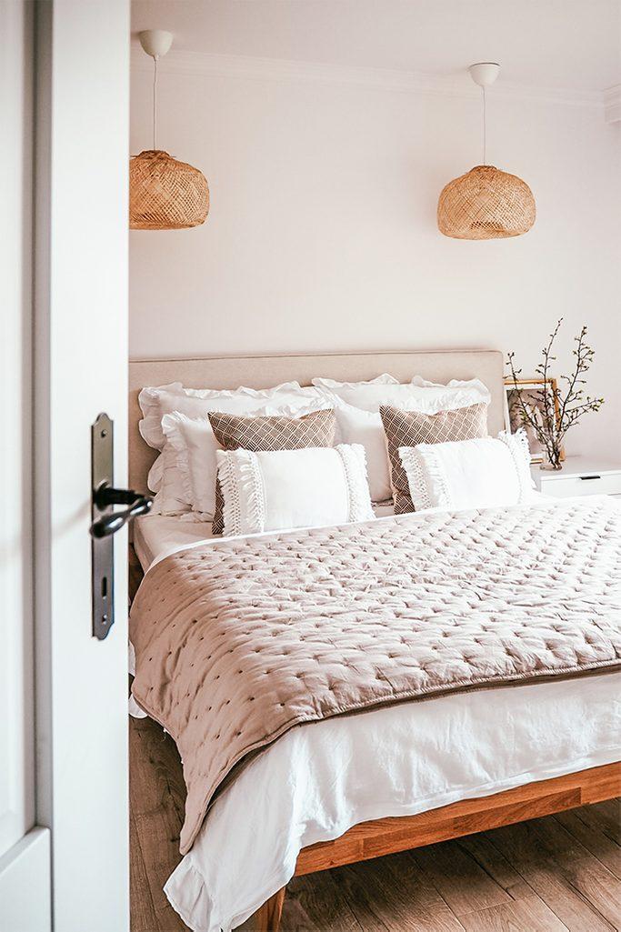 drewno w sypialni, biel i drewno, naturalny beż w sypialni, ozdobne abażury