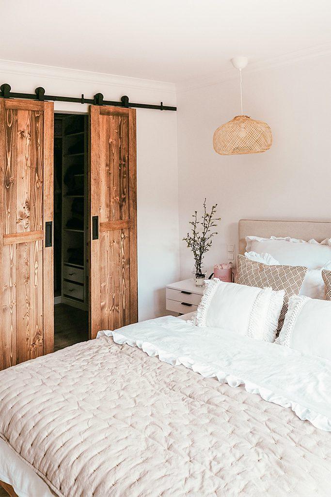 drzwi do garderoby, garderoba w sypialni, biel i drewno