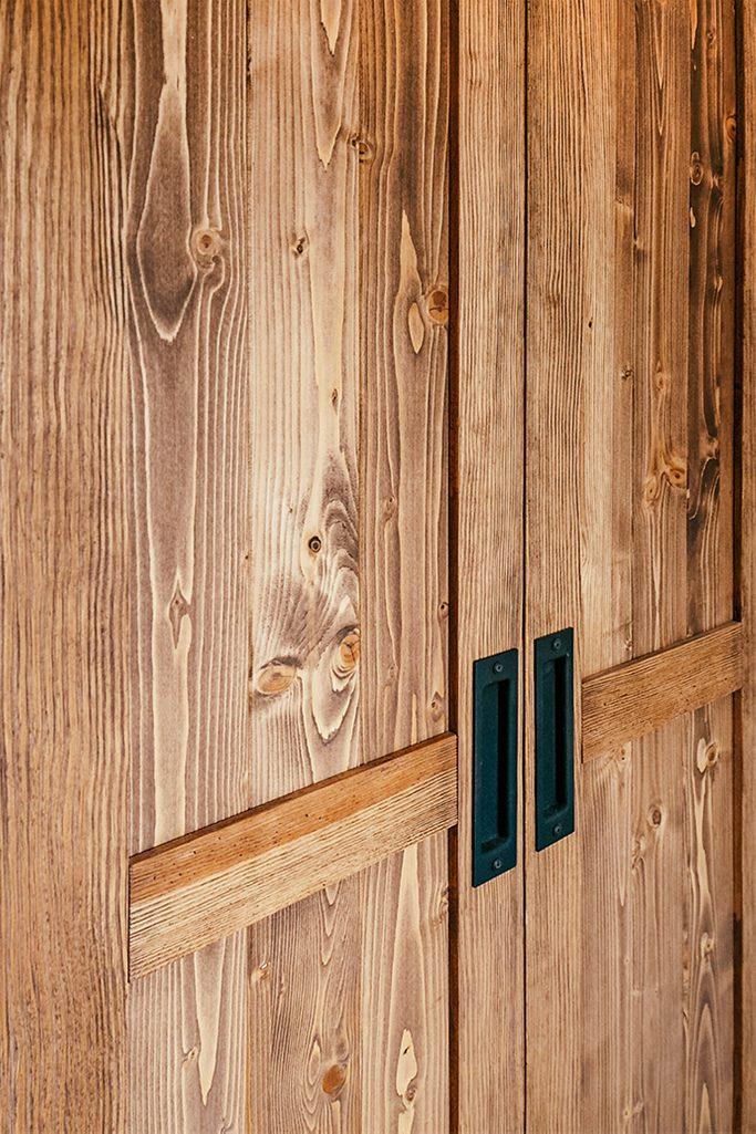 drzwi przesuwne z litego drewna, podwójne drzwi przesuwne, klamki do drzwi przesuwnych