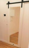drewniane drzwi przesuwne z lustrem, drzwi przesuwne do łazienki, duże lustro przesuwne, białe drzwi drewniane z lustrem