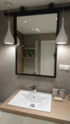 lustro w czarnej ramie do łazienki, przesuwne lustro w łazience, duże lustro w czarnej ramie, przesuwne lustro nad umywalką, aranżacja lustra w łazience, nowoczesna łazienka