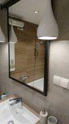 lustro w czarnej ramie do łazienki, przesuwne lustro w łazience, duże lustro w czarnej ramie, przesuwne lustro nad umywalką