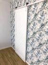 białe drzwi przesuwne, biały system przesuwy, drewniane drzwi przesuwne, białe drzwi biały system przesuwny, dekoracyjna tapeta z wzorem