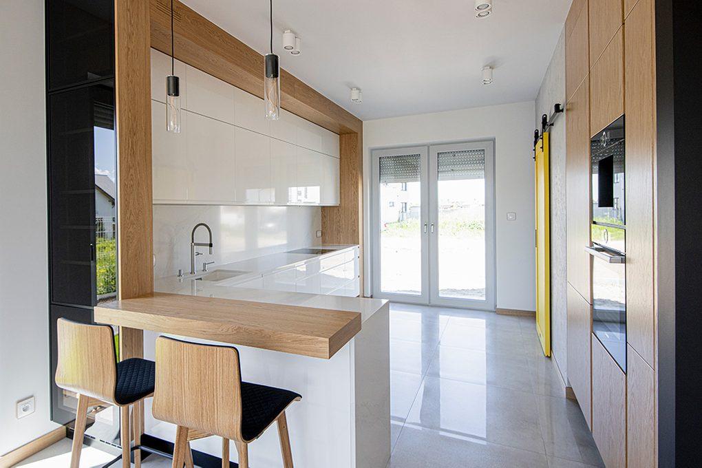 nowoczesna kuchnia, kuchnia ze spiżarnią, drzwi do spiżarni, drzwi przesuwne do spiżarni, żółte drzwi w kuchni, meble kuchenne na wysoki połysk, białe meble w kuchni
