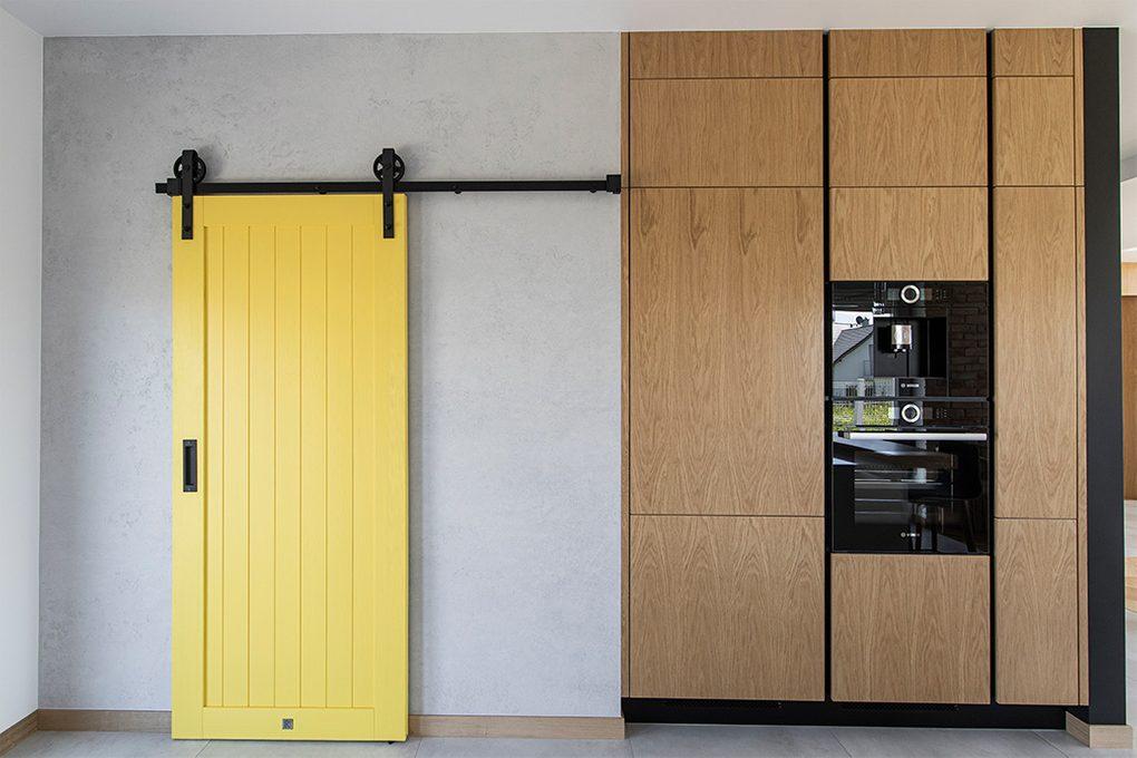 żółte drzwi przesuwne, drzwi przesuwne w kuchni, przesuwne drzwi do spiżarni, żółte drzwi, nowoczesna kuchnia, kuchnia ze spiżarnią