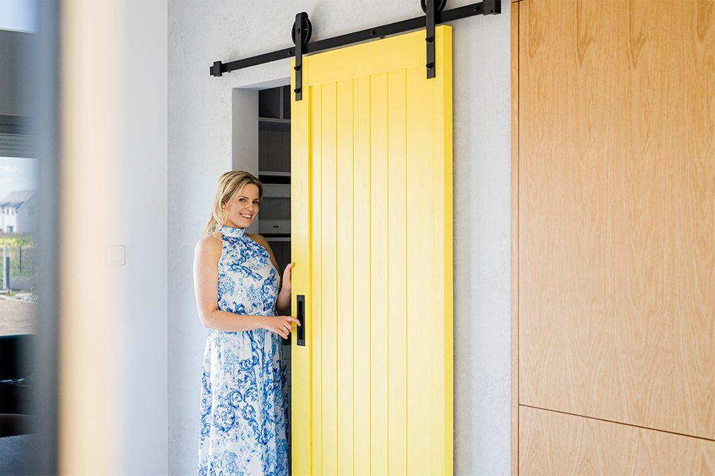 żółte drzwi w kuchni, drzwi do spiżarni, kuchnia ze spiżarnią, drzwi przesuwne do spiżarni, przesuwane drzwi do schowka