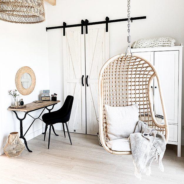 drzwi przesuwne do garderoby, białe drzwi przesuwne, toaletka vintage, toaletka z metalowymi nogami, wąskie drzwi przesuwne, biel rustykalna, biel i drewno, ażurowe dekoracje, biała rustykalna szafa, ażurowe lustro