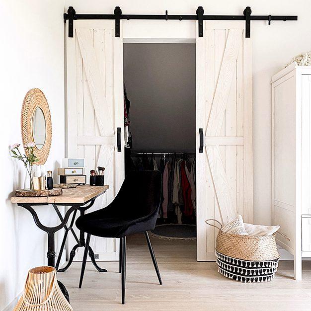 drzwi przesuwne do garderoby, białe drzwi przesuwne, toaletka vintage, toaletka z metalowymi nogami, wąskie drzwi przesuwne, biel rustykalna, biel i drewno, ażurowe dekoracje