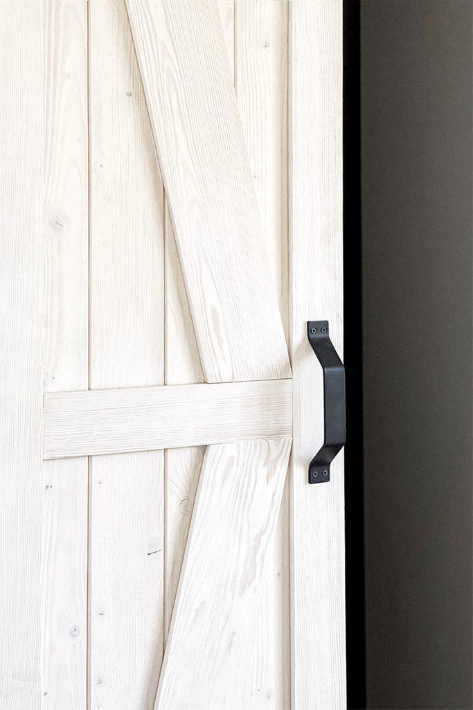 drewniane drzwi przesuwne, klamka do drzwi przesuwnych, biel rustykalna, białe drzwi rustykalne, drzwi do garderoby