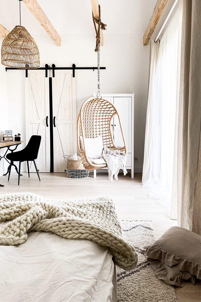 rustykalna sypialnia, rustykalna biel i drewno w sypialni, wiszący fotel ażurowy, ażurowa lampa w sypialni, naturalne kolory, jasne kolory w sypialni, sypialnia z garderobą