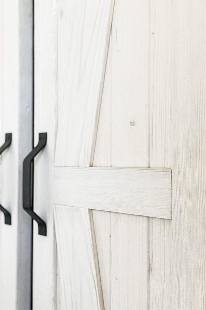 białe drzwi przesuwne, klamki do drzwi przesuwnych, biel rustykalna w sypialni