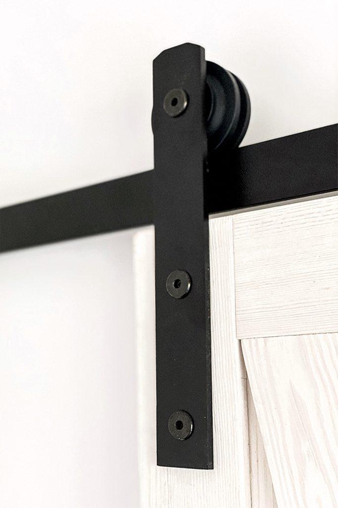 system do drzwi przesuwnych, czarny system przesuwny, biel rustykalna, drewniane drzwi