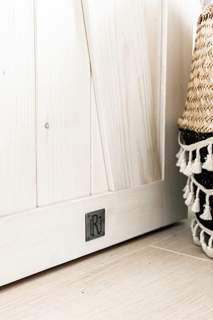 drewniane drzwi przesuwne, wąskie drzwi przesuwne, biel rustykalna w sypialni